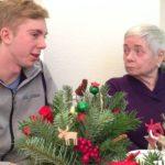 Frau Reschke im Gespräch mit einem Jugendlichen