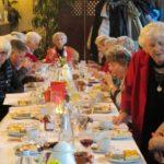 an der Weihnachtstafel: Frau Schenk, Frau Kaul (v. l.), Frau Wende (Mitte), Frau Luhn (stehend)