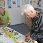 Frau Masseli und Frau Warczinski ganz konzentriert bei der Arbeit