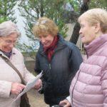 Unsere Seniorinnen beim Spaziergang durch den Garten